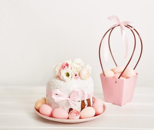 Gâteau sucré de pâques avec des fleurs et des œufs