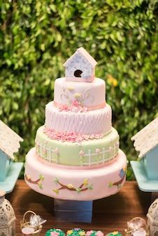 Gâteau sur la table fleuri et thème du jardin