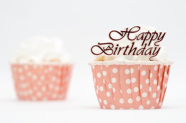 Gâteau de tasse beau et coloré avec le mot de joyeux anniversaire