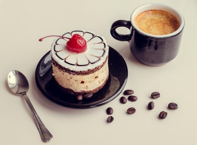 Gâteau et tasse de café