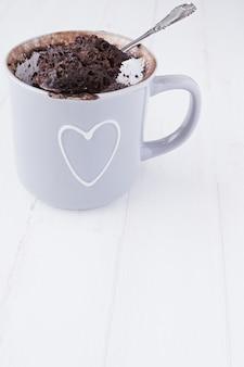 Gâteau de tasse de chocolat fait maison sur fond blanc