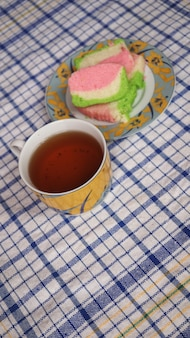 Gâteau et thé sucré sur la table à manger