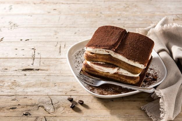 Gâteau tiramisu traditionnel isolé sur fond blanc