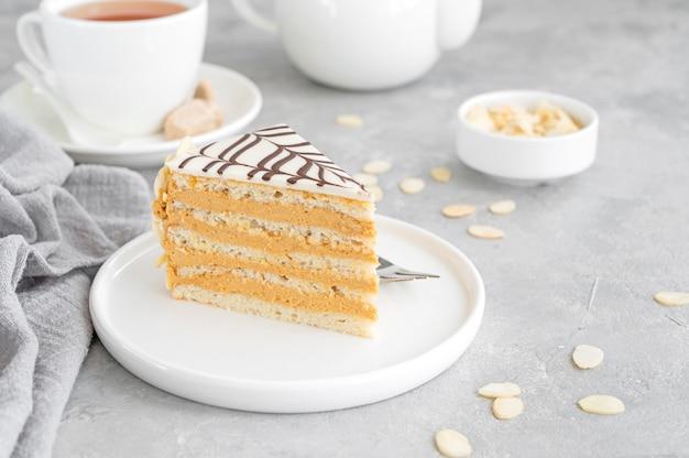 Gâteau traditionnel esterhazy aux amandes et pralines sur fond de béton gris copy space