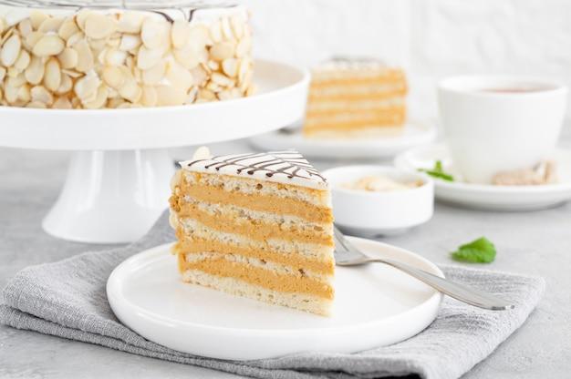 Gâteau traditionnel esterhazy aux amandes et pralines sur fond de béton gris