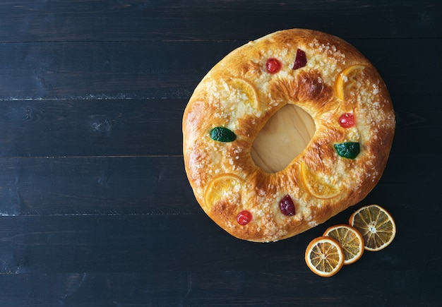 Gâteau des trois rois avec décoration de noël avec espace copie