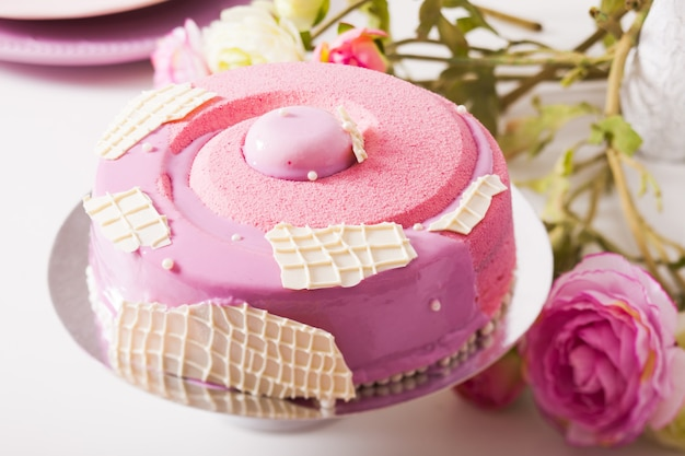 Gâteau vanille française avec compote de fraises, mousse pistache et couche croustillante