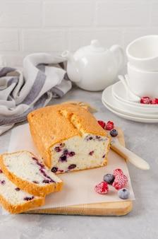 Gâteau à la vanille ou génoise aux myrtilles sur une planche