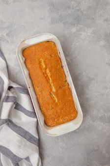 Gâteau à la vanille prêt aux myrtilles sous forme de cuisson
