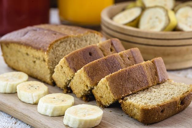 Gâteau végétalien à la banane avec des fruits autour, sans lait et sans gluteen