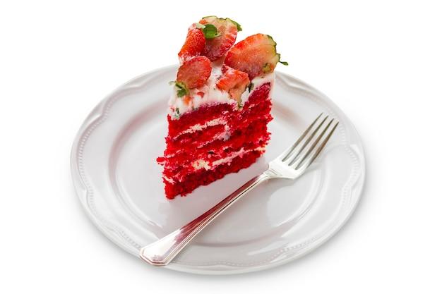 Gâteau de velours rouge isolé sur fond en bois blanc. aux fraises