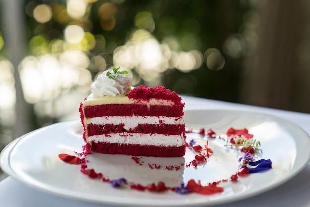 Gâteau de velours rouge sur la plaque, soft et sélectionnez la mise au point