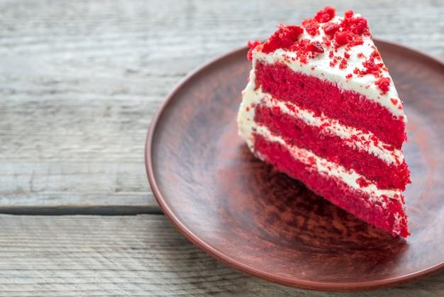 Gâteau de velours rouge sur la plaque