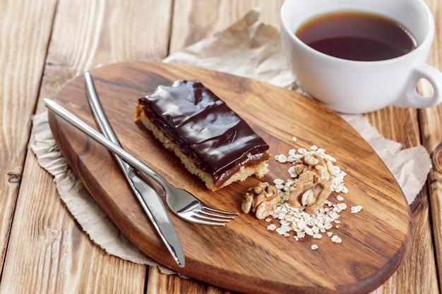 Gâteau sur une vieille table en bois