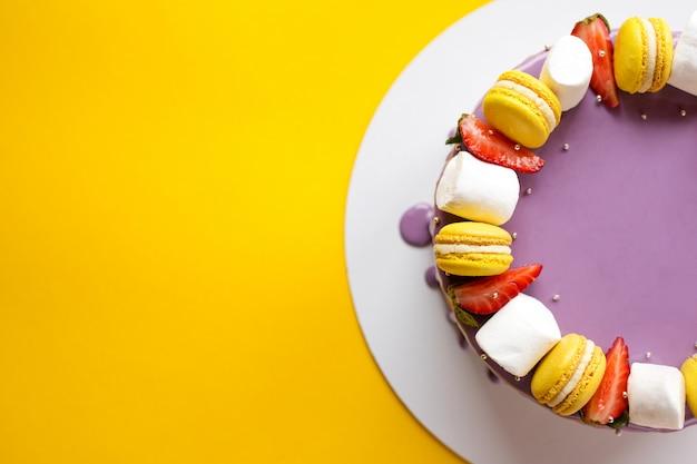 Gâteau violet brillant pour les vacances