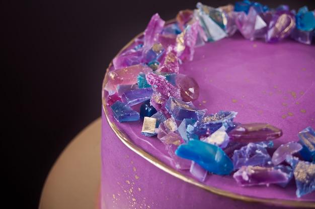 Gâteau à la violette avec marmelade comme décoration tendance pour améthystes
