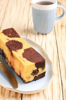 Gâteau de voyage en marbre, mini gâteau en marbre avec du chocolat fondu à l'intérieur. également connu sous le nom de gâteau de tube. servi sur plaque blanche