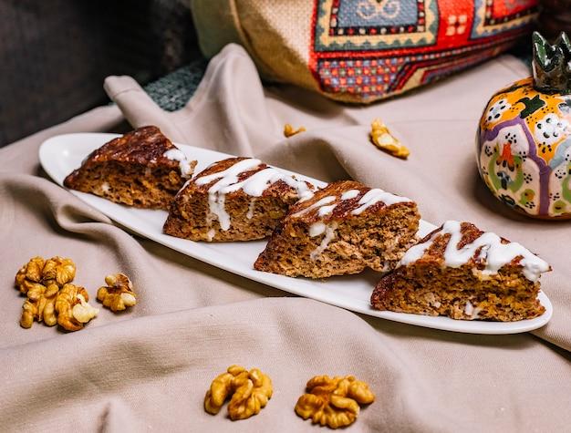 Gâteau vue latérale aux noix et crème