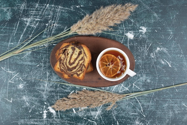 Gâteau de zèbre fait maison et tasse de thé sur fond de marbre. photo de haute qualité
