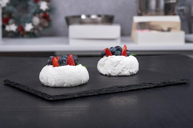 Gâteaux anna pavlova sur plateau noir