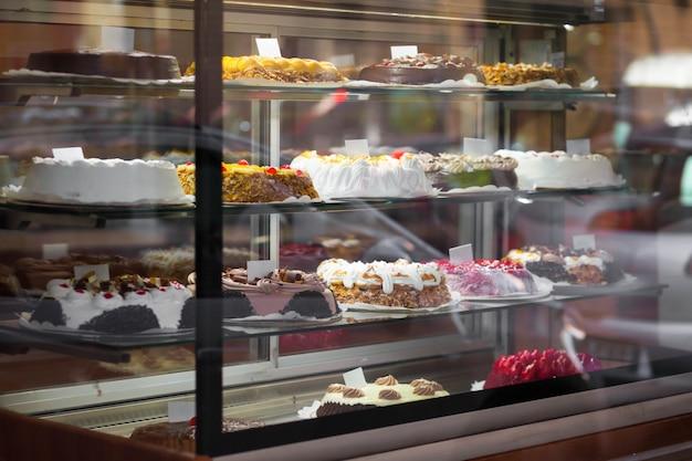 Gâteaux appétissants dans la fenêtre d'une pâtisserie.