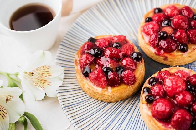 Gâteaux avec arrangement de fraises