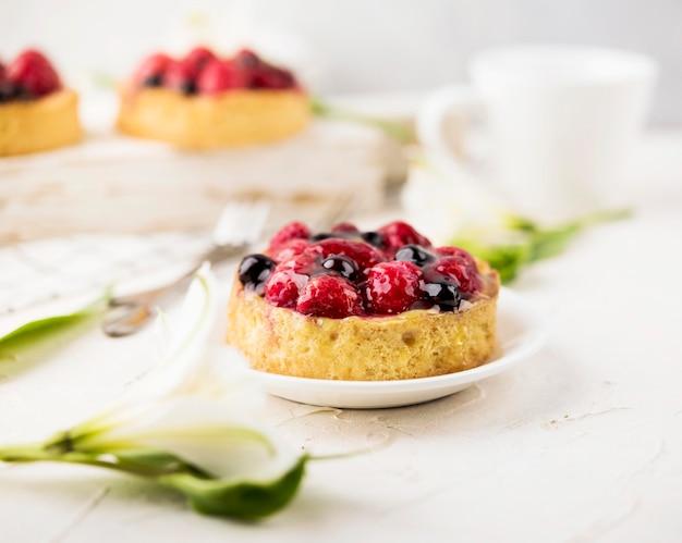 Gâteaux avec assortiment de fruits
