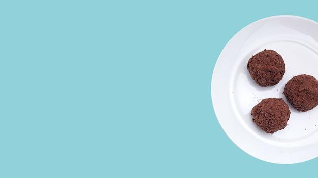 Gâteaux au chocolat en forme de boule pour le petit déjeuner sur un fond isolé