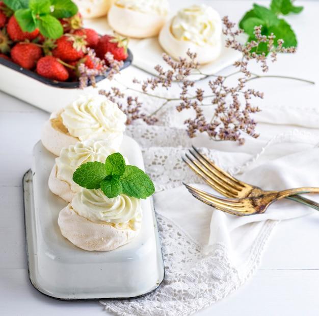 Gâteaux au four de blancs d'œufs fouettés et de crème
