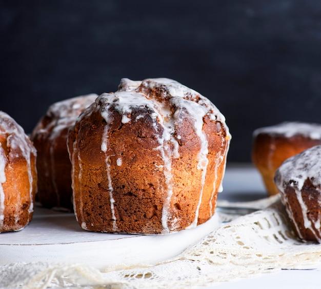 Gâteaux au four pour pâques et glaçage coulé