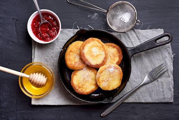 Gâteaux au fromage, crêpes au fromage blanc avec les ingrédients