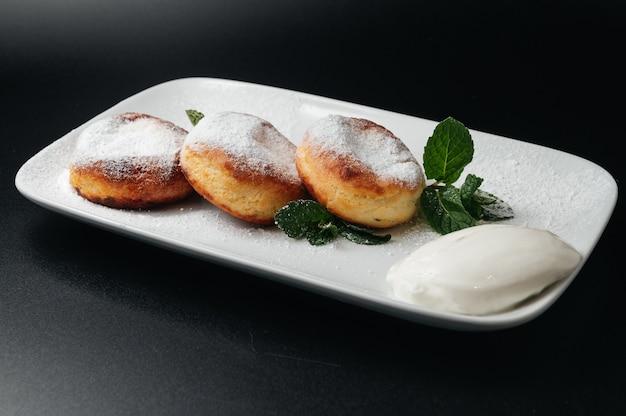 Gâteaux au fromage à la menthe et à la crème sure dessert délicieux