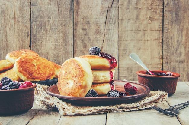 Les gâteaux au fromage sont faits maison. mise au point sélective. nourriture et boisson.