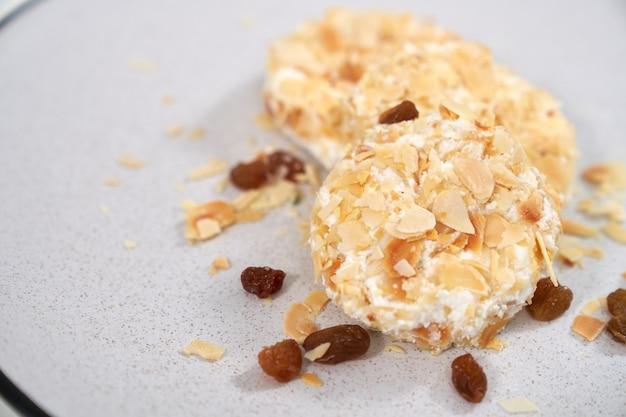 Gâteaux au fromage sucrés diététiques saupoudrés de raisins secs