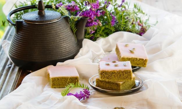Gâteaux au thé vert matcha avec graines de glaçage au chocolat blanc et thé