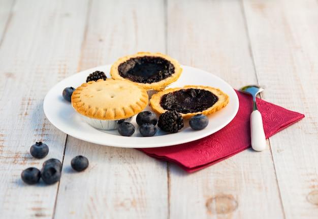 Gâteaux aux bleuets sur planches de bois