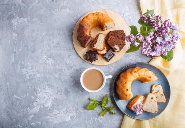 Gâteaux aux raisins secs et au chocolat et une tasse de café, vue de dessus.