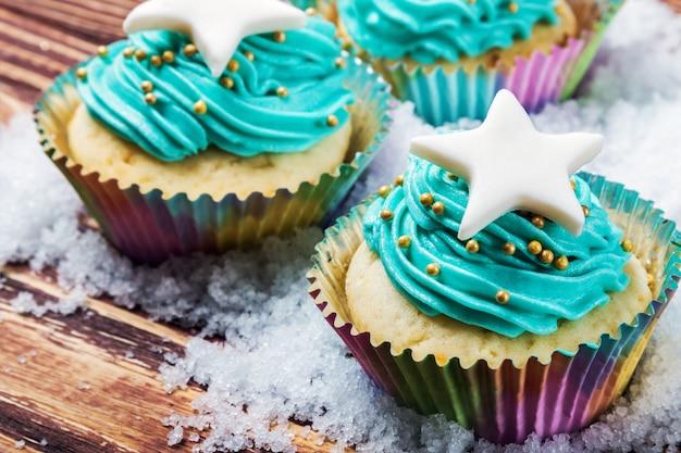 Gâteaux cupcakes à la célébration de noël sur l'onglet en bois