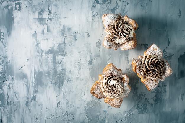 Gâteaux cupcakes gris béton fond