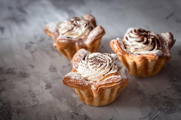 Gâteaux cupcakes gris béton surface