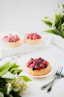 Gâteaux à la décoration de fruits