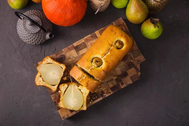Gâteaux faits maison frais avec des poires entières comme dessert d'automne