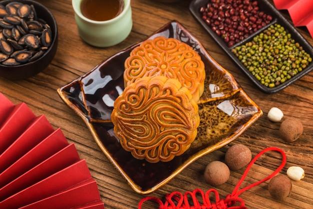 Gâteaux de lune traditionnels sur table avec tasse de thé