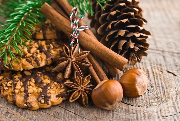 Gâteaux de noël sur fond de bois brun