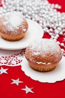 Gâteaux de noël sur la table rouge