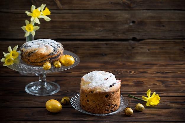 Gâteaux et oeufs de pâques sur fond de bois foncé