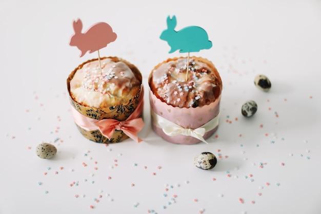 Gâteaux de pâques faits maison avec des décorations