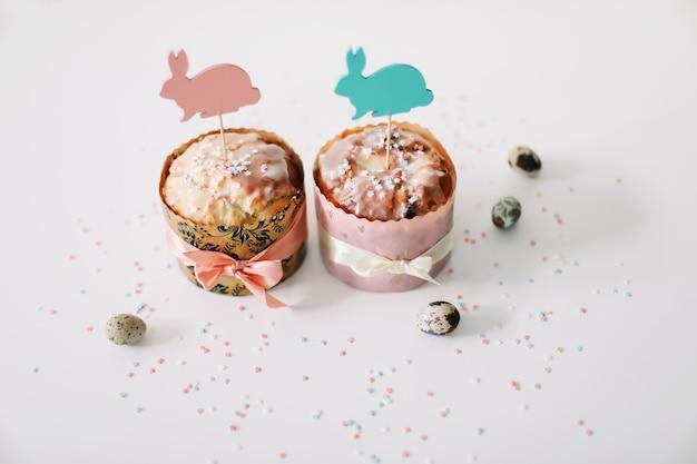 Gâteaux de pâques faits maison avec des œufs et des décorations