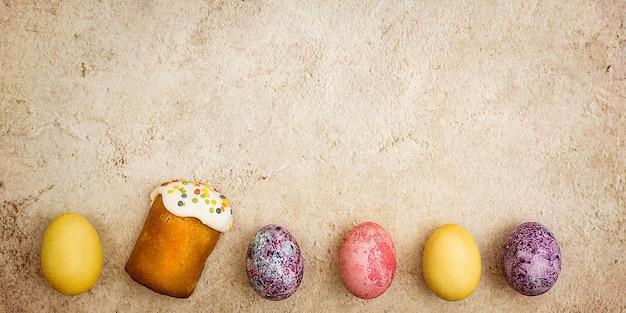Gâteaux de pâques et oeufs colorés de pâques sur un beau fond texturé