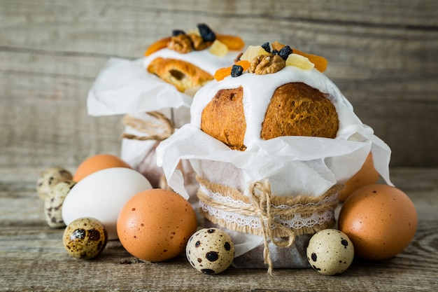 Gâteaux de pâques avec des oeufs, fond de bois rustique